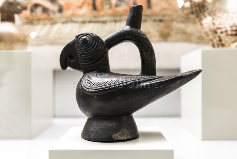 Мадрид, Испания - SEPT. восьмое, 2018: Скульптурный сосуд показывая попугая a культуры Moche, старого Перу Музей Америк стоковая фотография rf