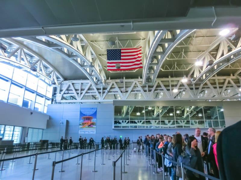 Майами, США - 28-ое апреля 2018: Путешественники внутри международного аэропорта 2-ое января 2010 Майами в Майами FL Ряды аэропор стоковые изображения rf