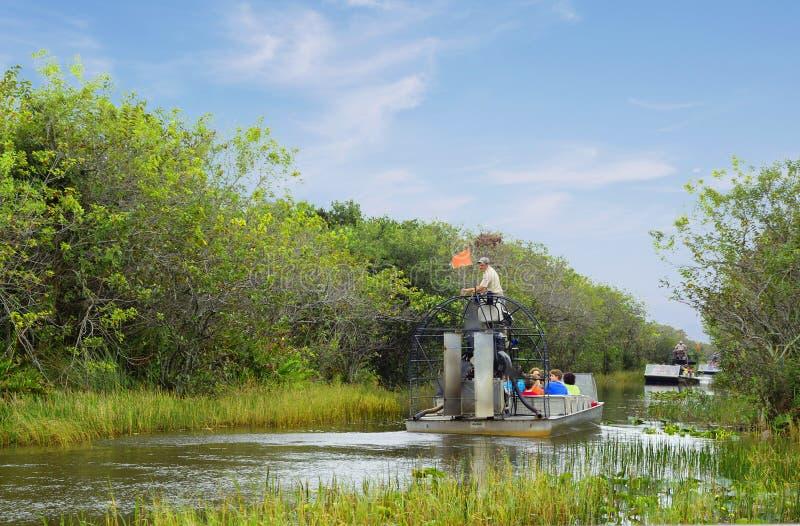 Майами, США, 12/29/2013, airboat путешествия в болотистых низменностях стоковые изображения rf