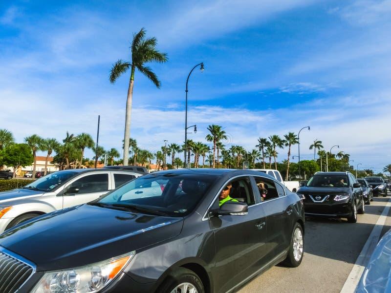 Майами, Флорида, США - 10-ое мая 2018: Много автомобилей на заторе движения на шоссе в Майами, FL, США стоковая фотография rf