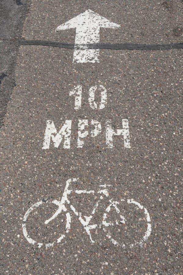 Майна велосипеда покрашенная на мостовой стоковая фотография rf
