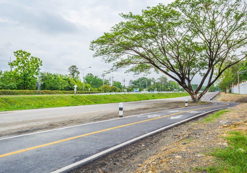 майна дороги и велосипеда асфальта с знаком стоковое изображение