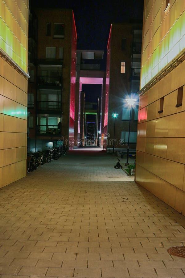 майна Совершенно дезертированная улица в современном жилом районе стоковое изображение