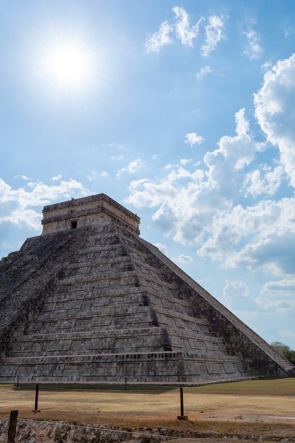 Майяская пирамида Kukulcan El Castillo в солнечном дне, Chichen Itza стоковое изображение rf