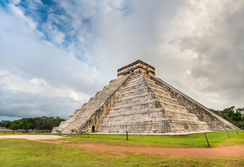 Майяская пирамида Chichen Itza в Мексике с красивым небом стоковое фото rf