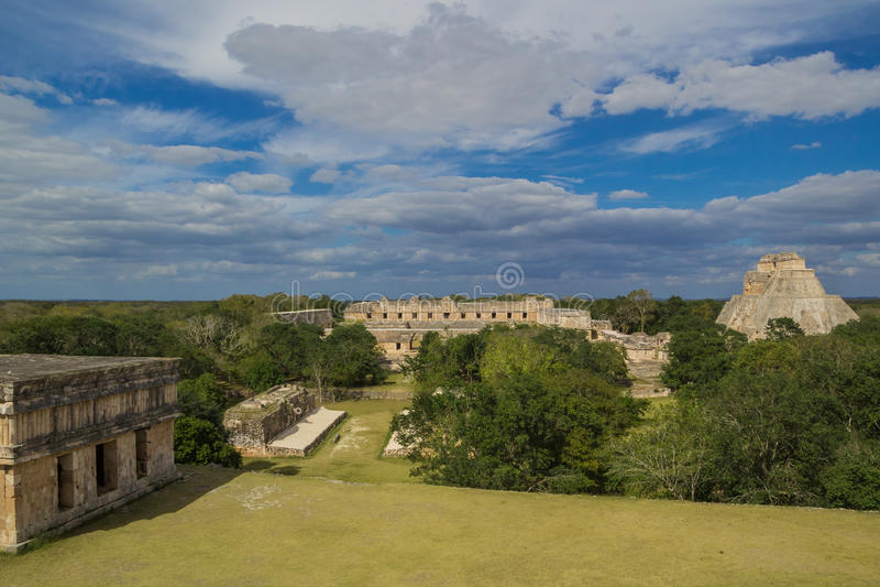 Майяский город с виском Pyramide в Uxmal - месте Юкатане старой архитектуры Майя археологическом, Мексике стоковые изображения