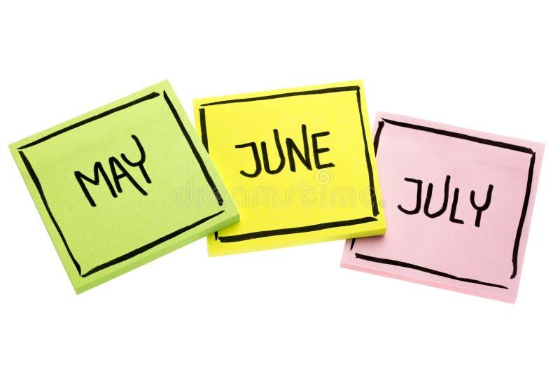 Май, июнь и июль на липких примечаниях стоковые фотографии rf