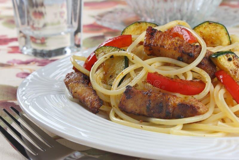 Download макаронные изделия мяса стоковое фото. изображение насчитывающей zucchini - 18399464