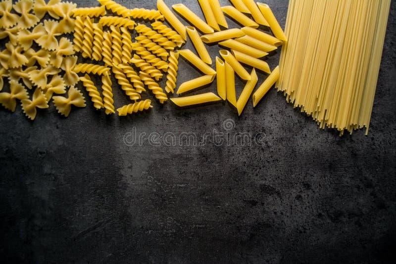 Макаронные изделия на черной предпосылке установьте текст стоковое фото