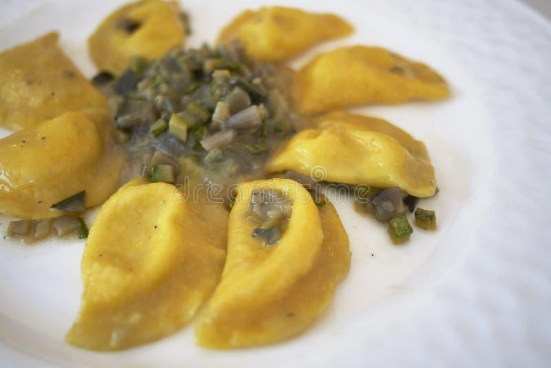 Макаронные изделия равиоли с ragout овощей стоковая фотография