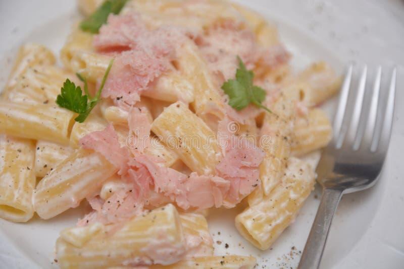 Макаронные изделия со сливками и итальянская кухня panna ветчины e макаронных изделий ветчины стоковые изображения