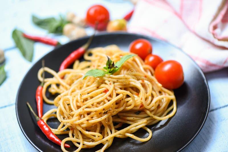 Макаронные изделия спагетти и чили и базилик томата овощи листьев/традиционные очень вкусные спагетти bolognese итальянской кухни стоковые изображения rf