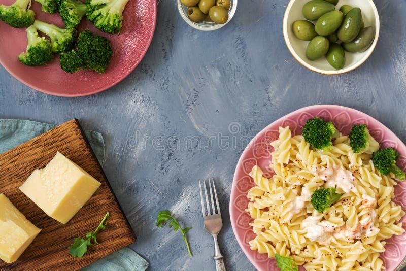 Макаронные изделия с брокколи, сыром и оливками Взгляд от верхней части, место для текста Итальянская тарелка стоковая фотография rf