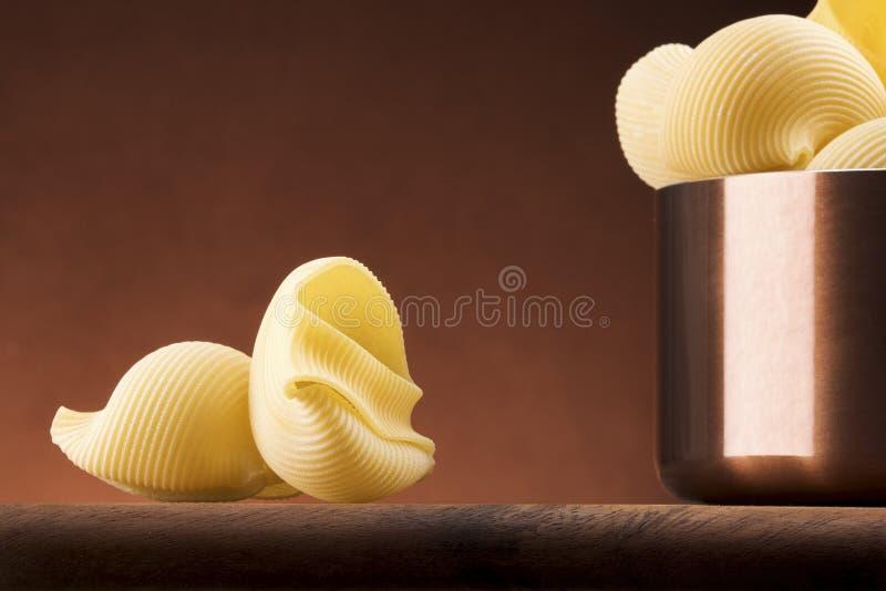 Макаронные изделия с медным баком на светлой предпосылке стоковая фотография