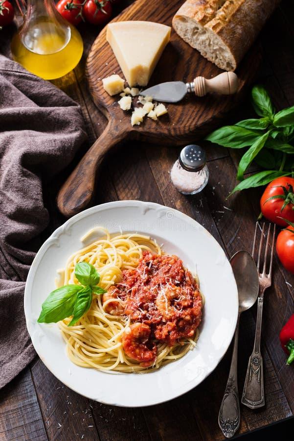 Макаронные изделия с томатным соусом, креветками и сыр пармесаном стоковое изображение