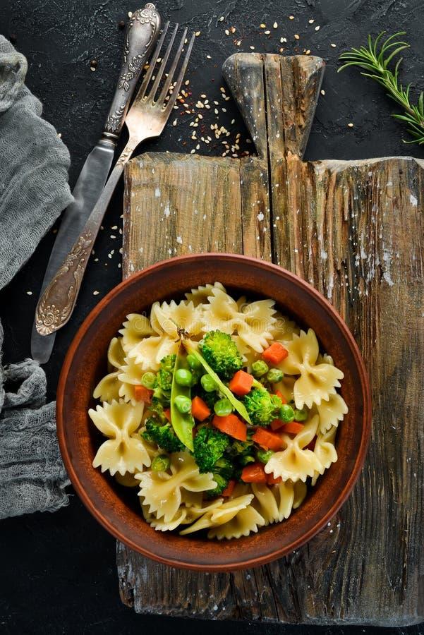 Макаронные изделия Farfalle с овощами на плите стоковые фотографии rf