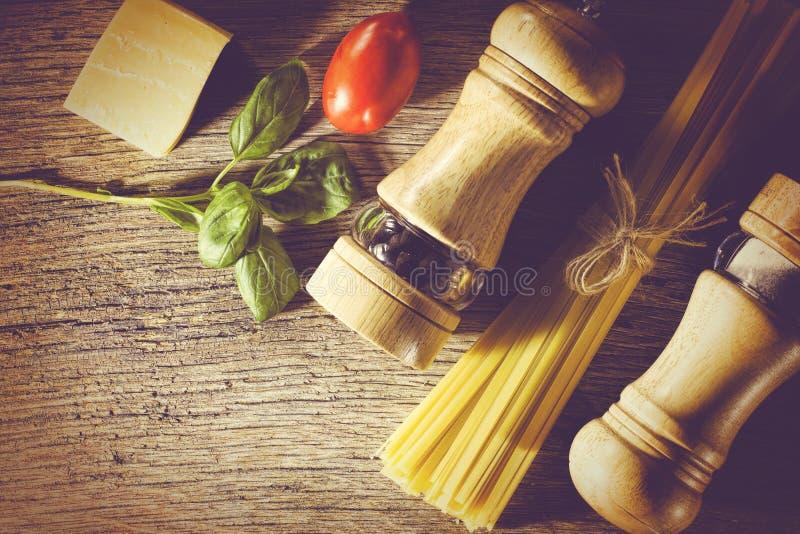 Макаронные изделия Fettuccine, итальянский варить, ингридиенты для preparati стоковые фотографии rf