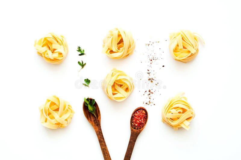 Макаронные изделия Fettuccine на белой изолированной предпосылке E стоковое фото