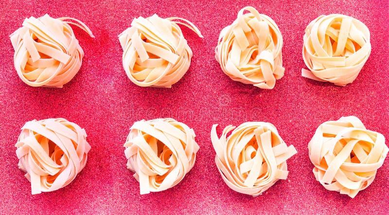 Макаронные изделия Fettuccine на ультрамодной предпосылке E стоковые фото