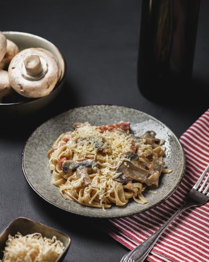 Макаронные изделия Fettuccine с грибами стоковое изображение