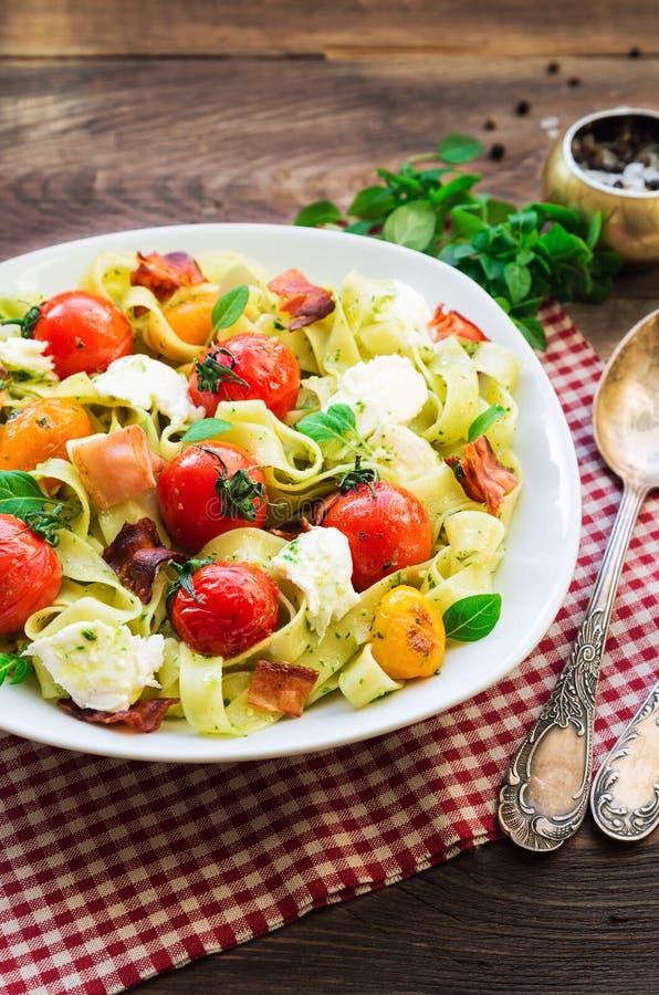 Макаронные изделия Fettuccine с испеченным сыром томатов, бекона и моццареллы стоковое фото rf