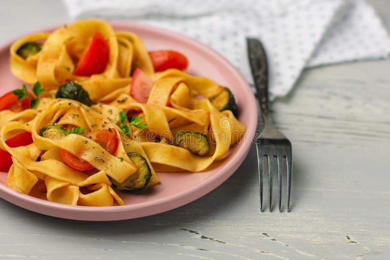 Макаронные изделия Fettuccine с овощами стоковое изображение