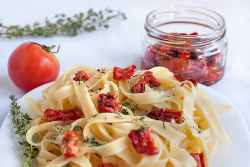 Макаронные изделия Fettuccine с солнц-высушенными томатами и различными травами стоковое изображение rf