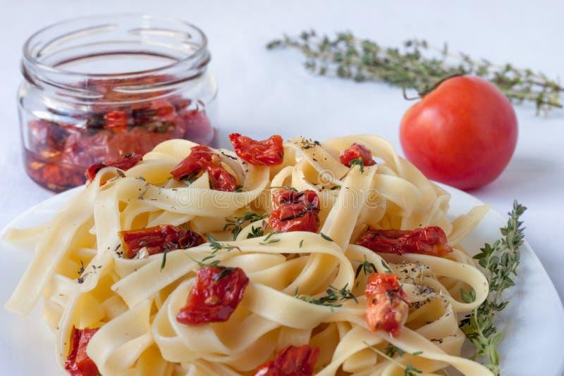 Макаронные изделия Fettuccine с солнц-высушенными томатами и различными травами стоковые изображения rf
