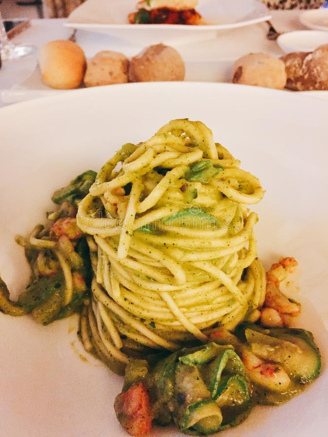 Макаронные изделия Linguini Pesto стоковая фотография rf