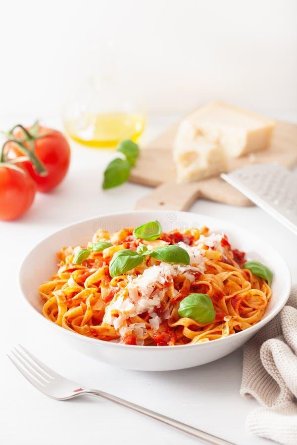 Макаронные изделия Tagliatelle с базиликом пармезана томатного соуса стоковые фото