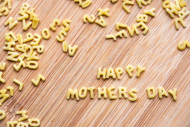 Макаронные изделия алфавита формируя день матерей текста счастливый стоковые фотографии rf