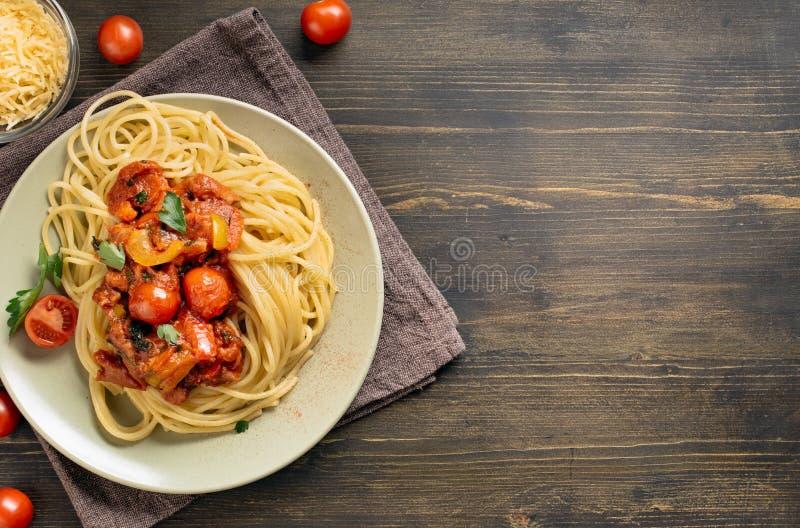 Макаронные изделия спагетти на таблице с космосом экземпляра стоковое изображение