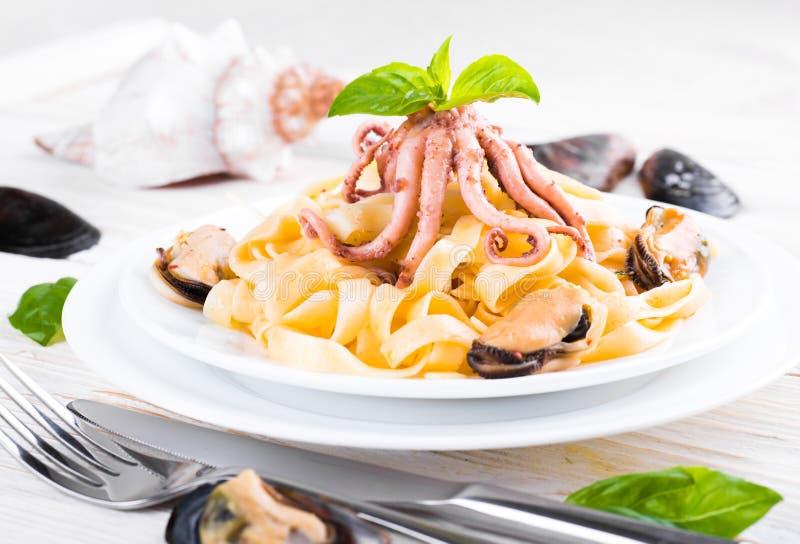 Download Макаронные изделия с мидиями и осьминогом Стоковое Фото - изображение насчитывающей calamari, linguine: 41659690