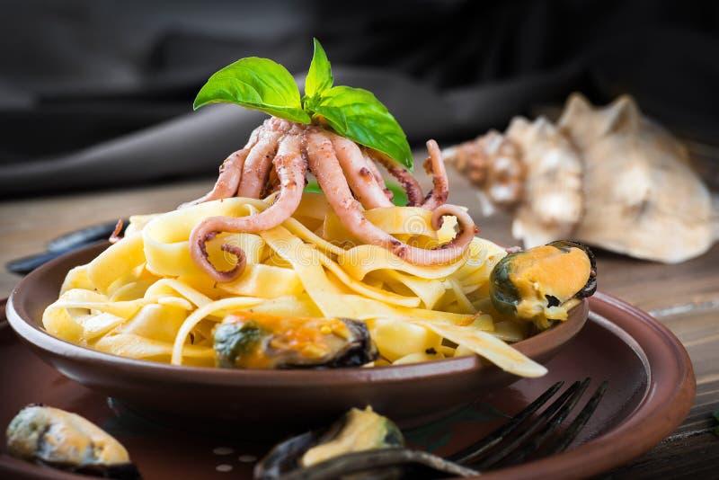 Download Макаронные изделия с мидиями и осьминогом Стоковое Фото - изображение насчитывающей кухня, спагетти: 41659708