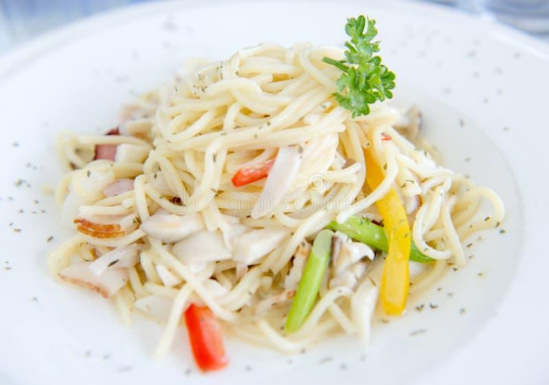 Макаронные изделия с спагетти брокколи цветной капусты цыпленка сыра стоковые изображения rf