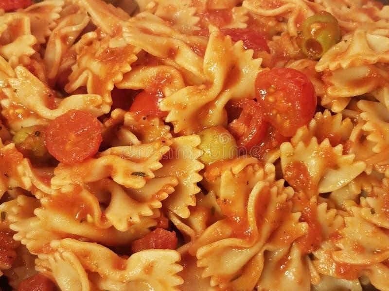 Макаронные изделия Bowtie с томатным соусом и оливками стоковое изображение rf