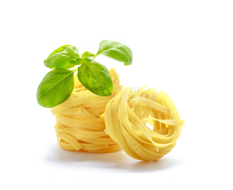 Макаронные изделия Fettuccine итальянские при базилик изолированный на белой предпосылке стоковые фотографии rf