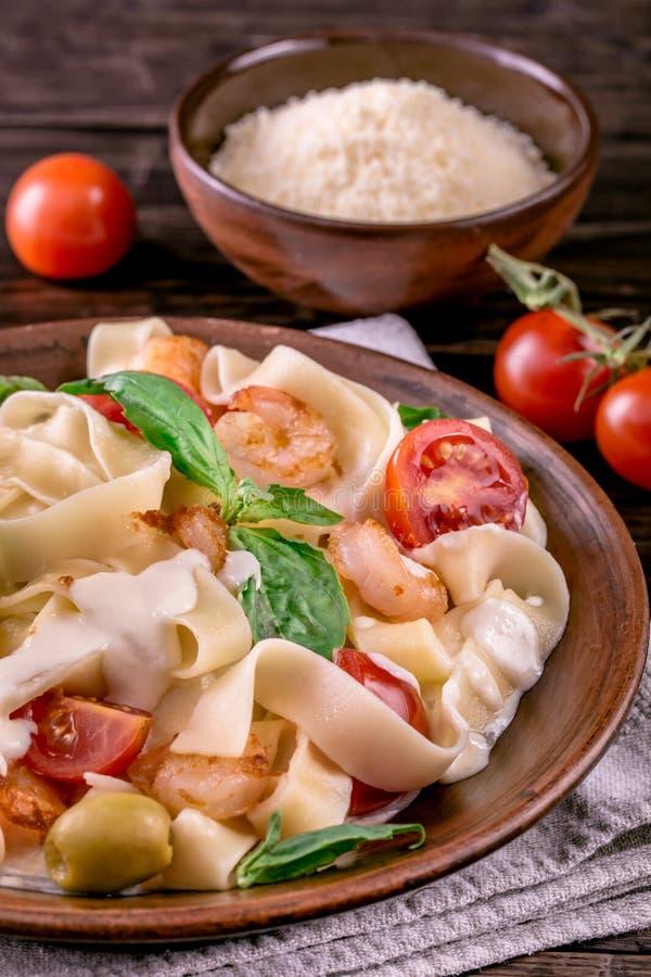 Макаронные изделия Fettuccine при подрезанные креветка и томаты стоковые фото