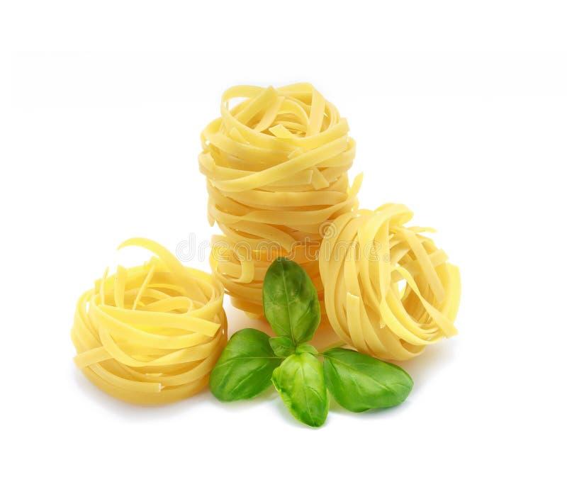 Макаронные изделия Fettuccine с базиликом на белой предпосылке стоковые изображения rf