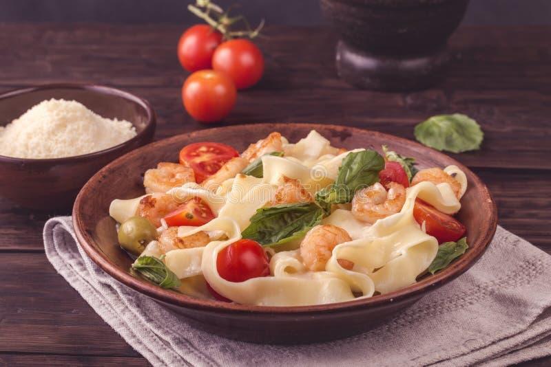 Макаронные изделия Fettuccine с креветкой и томатами стоковые фото