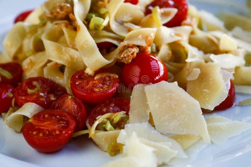 Макаронные изделия Tagliatelle с томатами и сыром вишни стоковое изображение rf