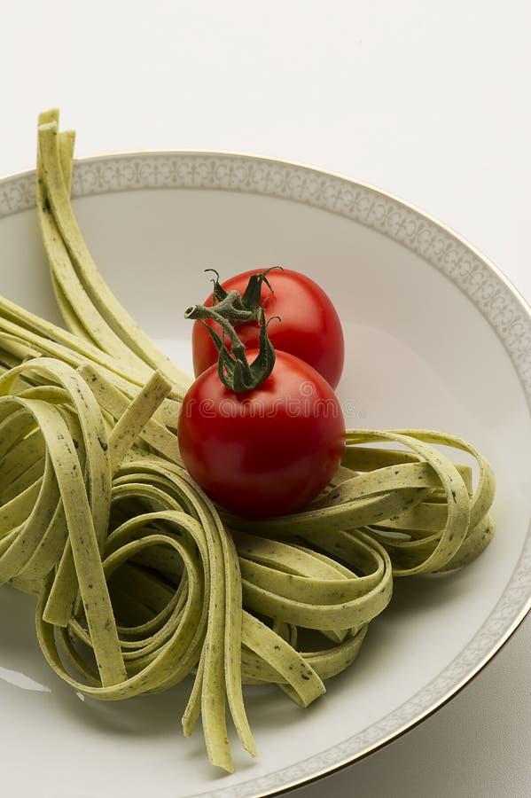 Макаронные изделия Tagliatelli и свежие томаты стоковая фотография