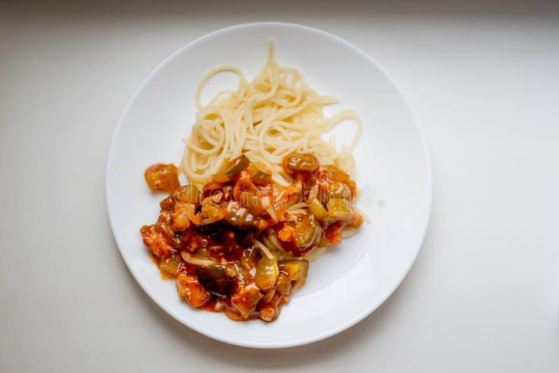 Макароны с овощами и мясом стоковые фотографии rf