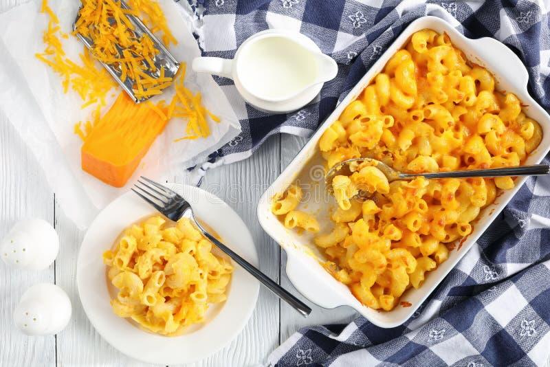 Макарон и сыр в блюде выпечки и на плите стоковая фотография rf