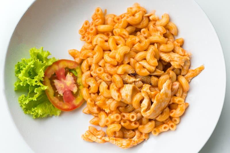 Download Макарон и томатный соус при мясо цыпленка украшенное с Scall Стоковое Фото - изображение насчитывающей bowie, кулинарно: 81812520