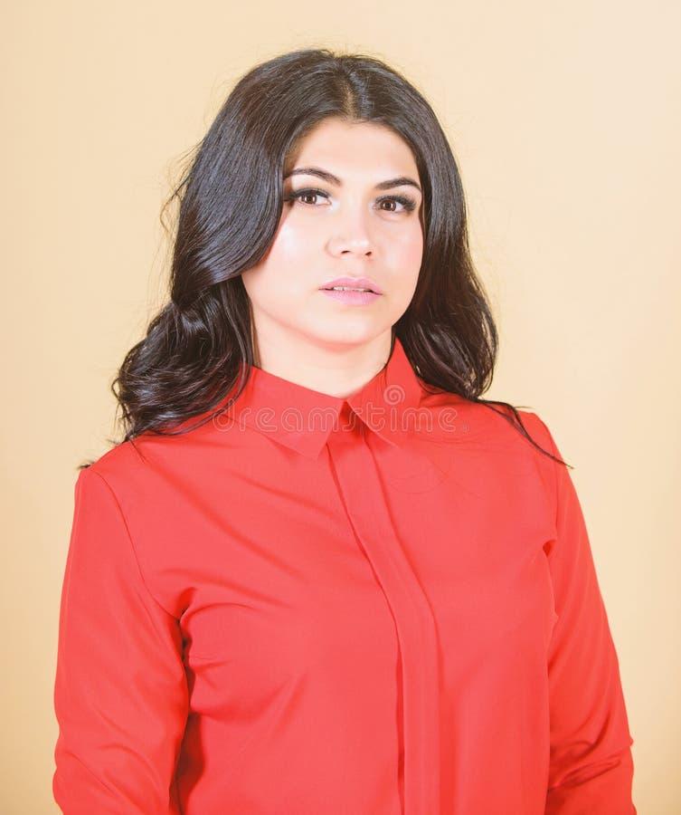 макияж и косметики skincare женщины женщина с длинным вьющиеся волосы сексуальный и стильный стоковые фото
