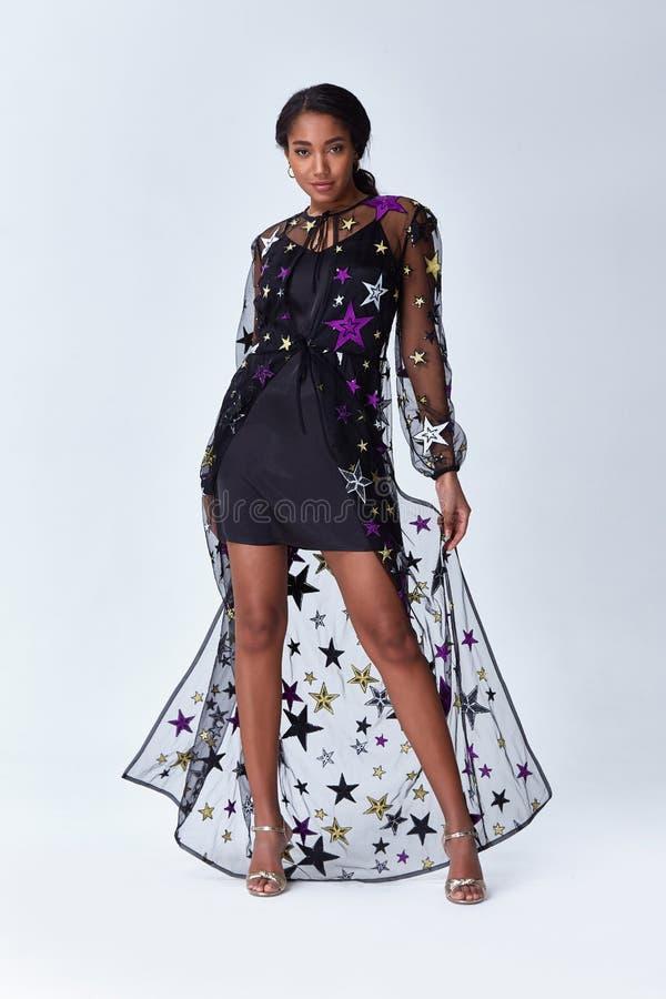 Макияж и прическа платья красивой молодой сексуальной дамы женщины стильные элегантные модные на выравниваясь дата прогулки делов стоковое изображение