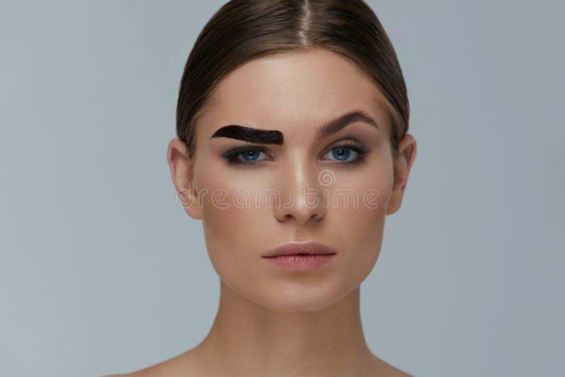 Макияж красоты Бровь женщины крася с подкраской геля чела стоковое фото
