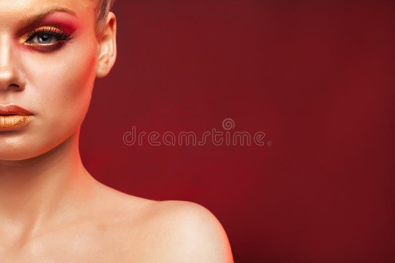 Макияж моды верхнего сегмента на красивой модели со светлыми волосами стоковые фото