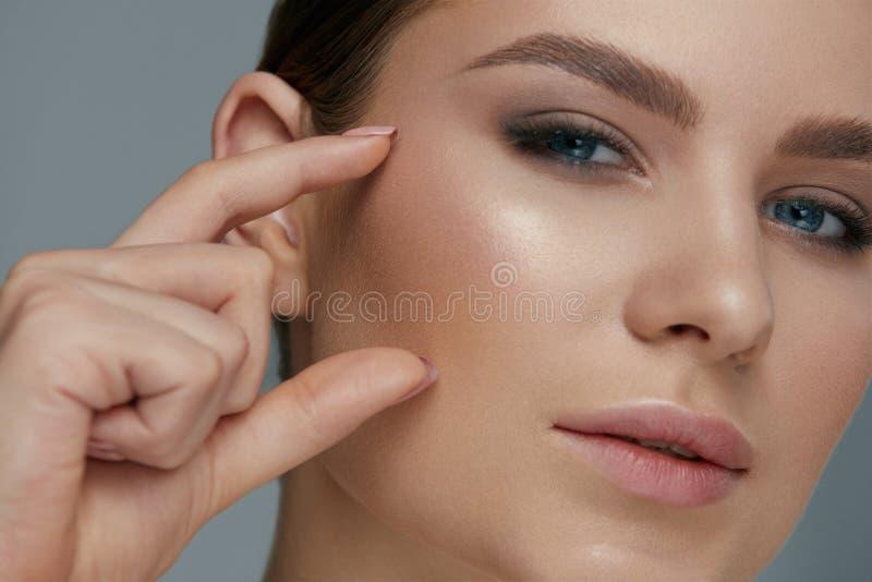 Макияж стороны красоты Женщина с красивыми глазами и бровями стоковые фото